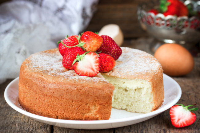 Sponge cake with strawberries