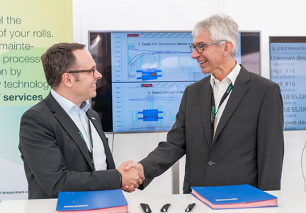 Johannes Wick, CEO Grains and Foods, and Thorsten Müller, CEO of Bosch Connected Devices and Solutions, sign the R&D cooperation between Bühler and Bosch. Source: Bühler