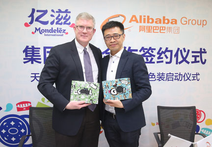 Stephen Maher, President of Mondelez China, and Jing Jie, Vice-President of Alibaba Group, showcase Oreo Colorfilled as part of new strategic e-commerce partnership.